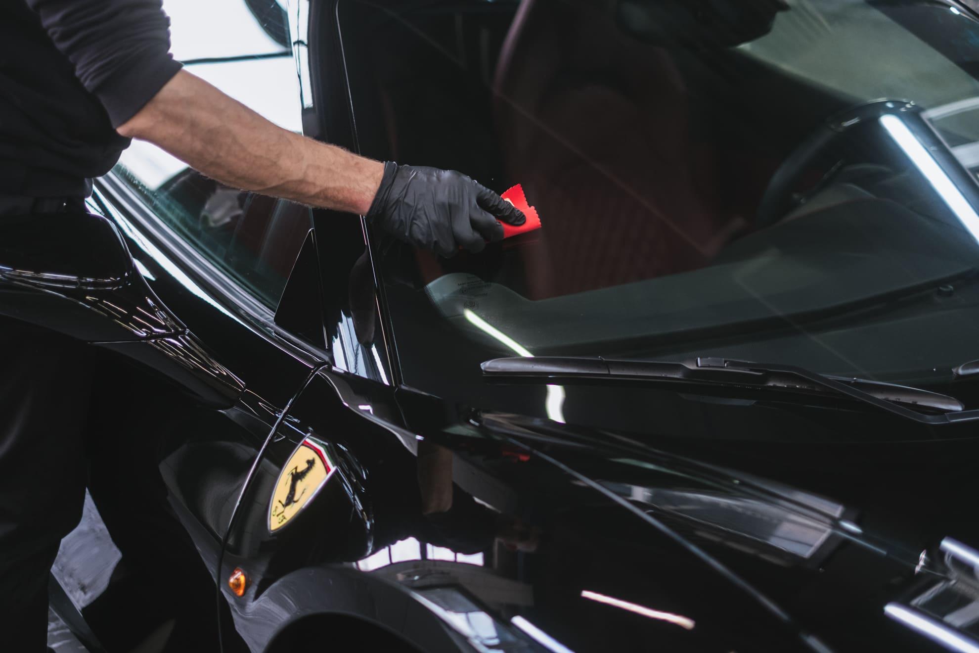 нанесение антидождя на стекло автомобиля